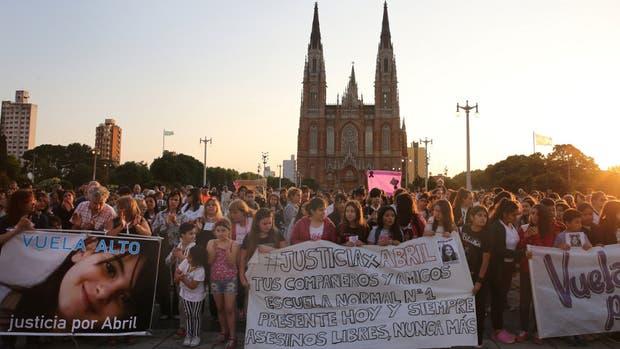 Al caer el sol, cientos de vecinos platenses, familiares y amigos de la familia de la víctima clamaron por justicia