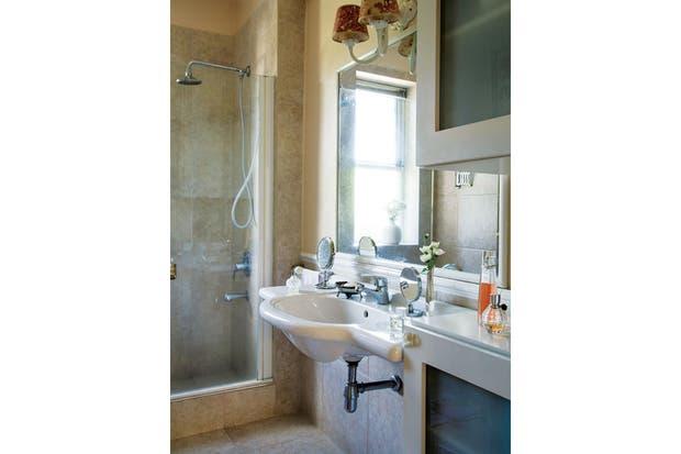 El baño, remodelado por el dueño anterior, se despliega entre moderno y romántico, con revestimiento de porcelanto y bacha flotante.  Foto:Living /Daniel Karp
