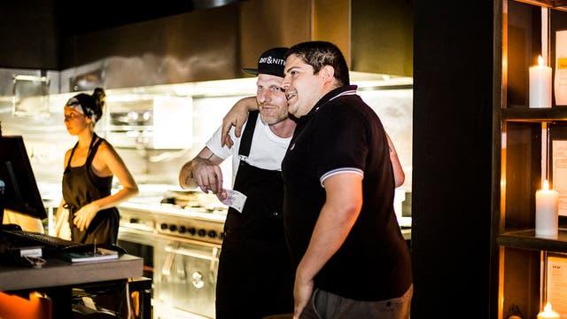 Mike junto al cocinero de Toronto, Cristobal