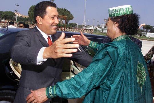 Tras su controvertida reunión con Saddam Hussein, se reunió con otro líder polémico, Muammar Khadafy en agosto de 2000. Foto: Archivo