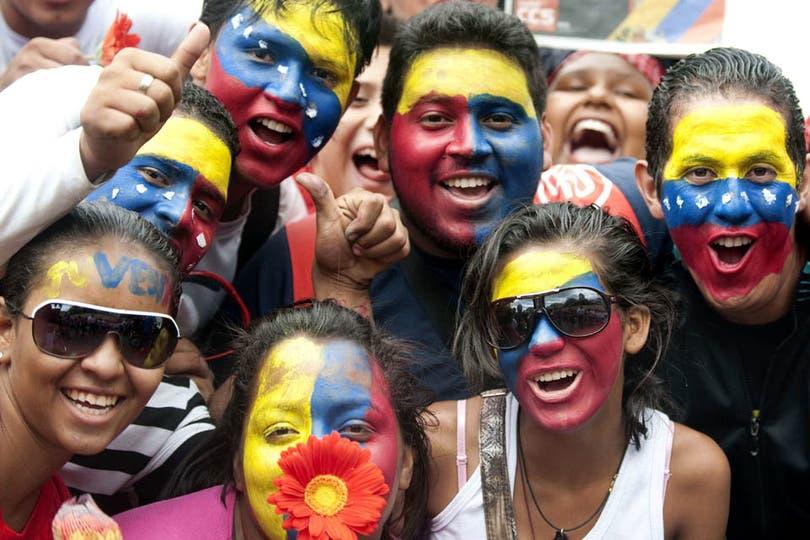 Miles de manifestantes ya se encuentran en la Casa de Gobierno en apoyo a Chávez. Foto: AFP