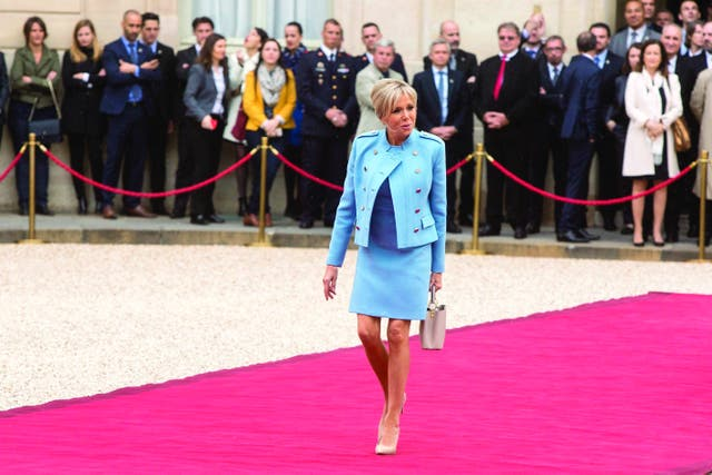 DESDE FRANCIA. Brigitte Macron entusiasma por su chic seguro y su soltura elegante de persona inteligente