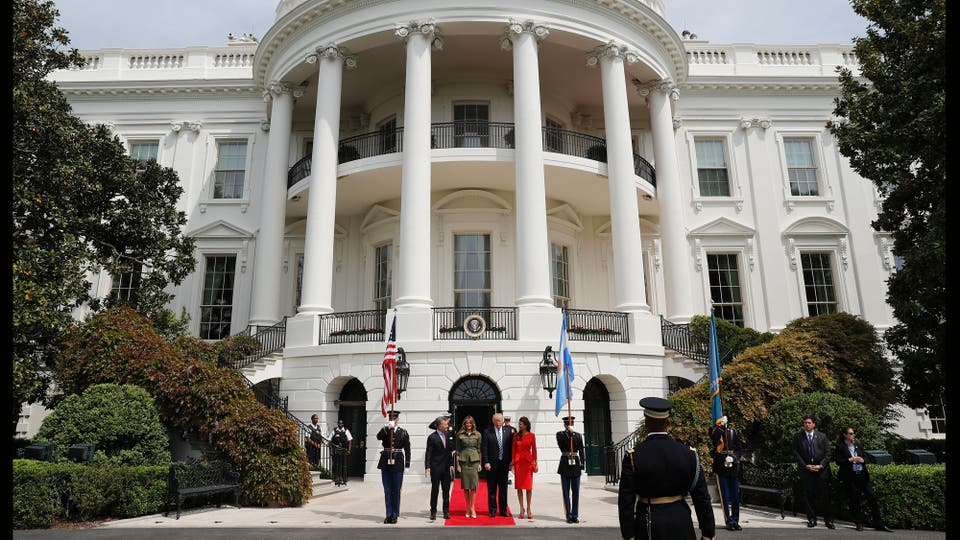 El presidente Mauricio Macri llegó a la Casa Blanca para reunirse con su par estadounidense, Donald Trump, para tratar temas como la relación bilateral y la situación política en Venezuela. Acompañado por su esposa, Juliana Awada. Foto: AP
