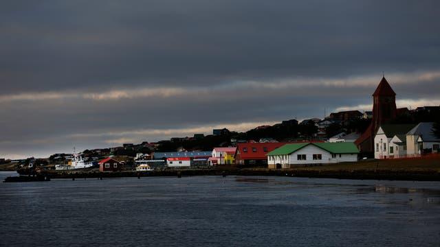 Amanecer en Puerto Argentino, Islas Malvinas. Foto: LA NACION / Federico Guastavino