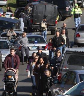 Padres y chicos se alejan de la escuela tras el tiroteo