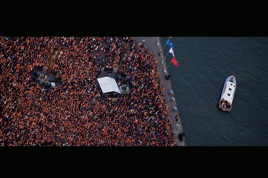 Miles de personas se acercaron al río para saludar a los nuevos Reyes. Foto: EFE
