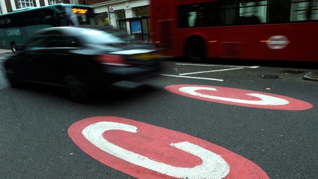 El signo en la calle marca el inicio de la zona donde la circulación es tarifada