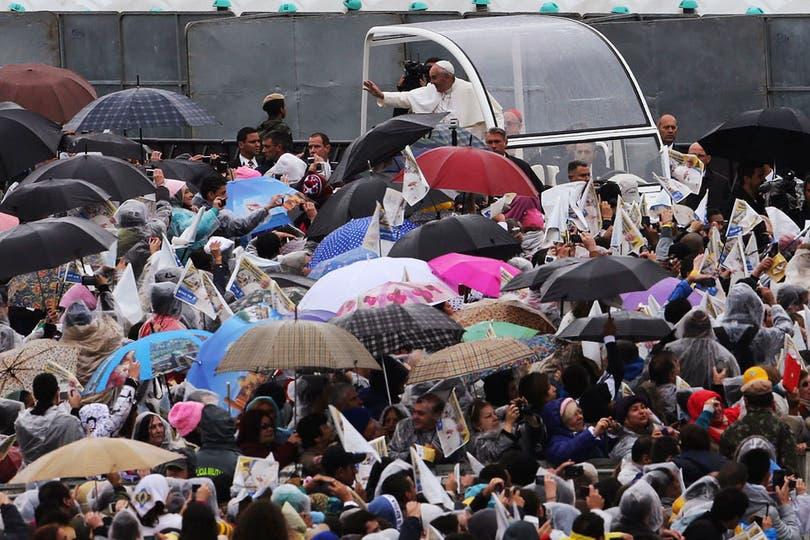 El miércoles, bajo una incesante lluvia, llegó a San Pablo para oficiar su primera misa en América latina. Foto: Reuters