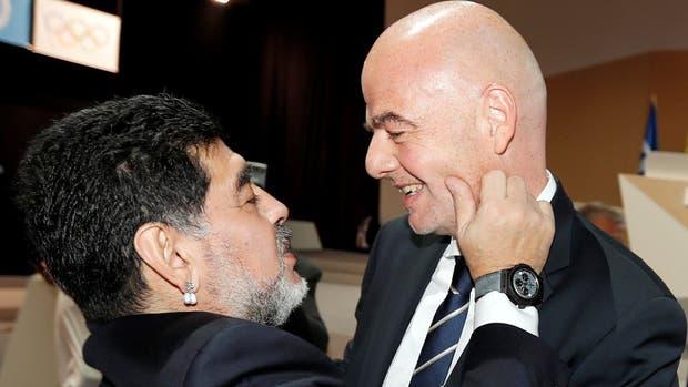 La familiaridad entre Diego Maradona y Gianni Infantino es manifiesta, y subraya la ausencia de la AFA en el plano internacional