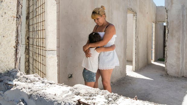 A Daniela Gallardo le prometieron una casa hace tres años; desde entonces vive con su hija en una casilla