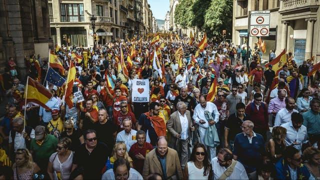 Ciento de miles de personas se manifestaron en el centro de Barcelona contra la independencia de Cataluña