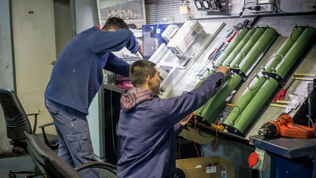 En un sector silencioso y aislado de la fábrica, se ensamblan los componentes de los tableros electrónicos