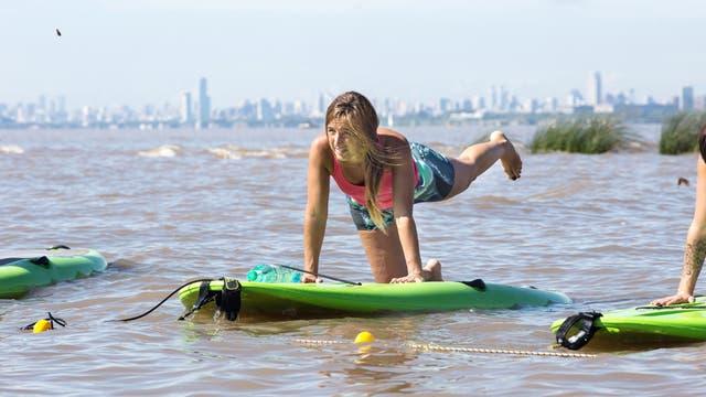 Ingrid Rivera realiza una de las posturas de Yoga SUP sobre su tabla de Paddle Surfing