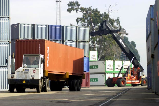A los impuestos se le suman costos como el de tener un container con mercadería a la espera de su distribución es de entre 70 y 100 pesos por día