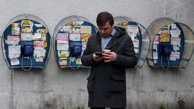 Los servicios y aplicaciones móviles a menudo fueron intervenidos por regímenes que buscaban sofocar el debate, según Freedom House