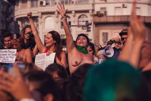 Cientos de mujeres se concentraron, con o sin corpiño, en el Obelisco para marchar contra el machismo.