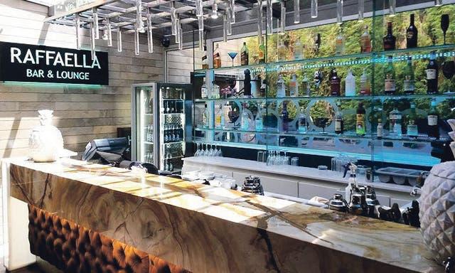 Un bar moderno e íntimo en el Lennox Hotel