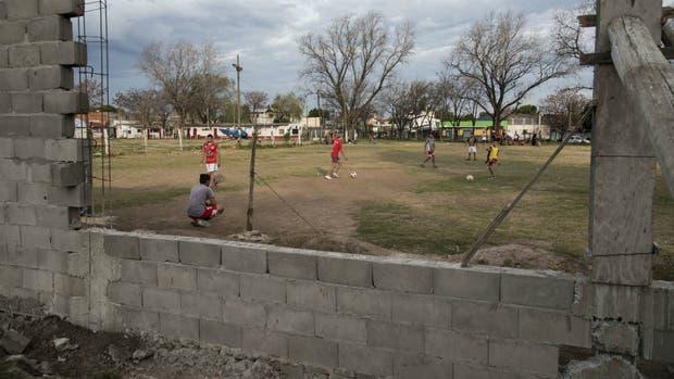 El club Defensores de America, en zona norte de Rosario, donde el año pasado resultó herido un nene que jugaba al futbol, tras enfrentarse a tiros dos bandas del bariio. Allí ya se observa el muro para proteger a los chicos de las balaceras