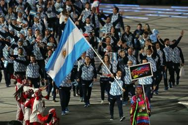 La nutrida delegación argentina ingresa al estadio, con el velista Javier Conte como abanderado.