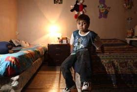 Kevin, en su casa en San Martín, necesitaba el colchón para pasar su posoperatorio