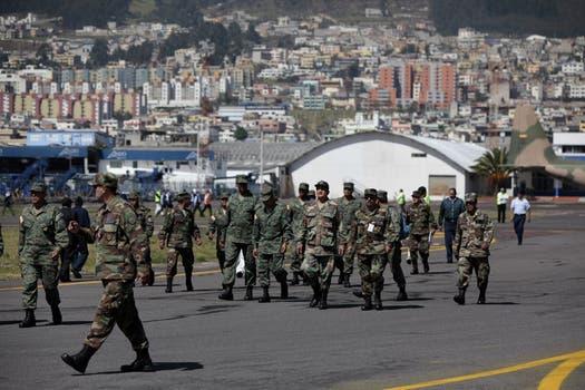 Miembros de las Fuerzas Militares ecuatorianas toman las instalaciones del aeropuerto Mariscal Sucre en Quito, Ecuador. Foto: EFE