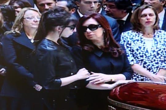 Miles y miles de personas se concentran en la PLaza de Mayo para darle el último adiós al ex presidente de la Nación, Nestor Kirchner. Foto: LA NACION / Ricardo Pristupluk