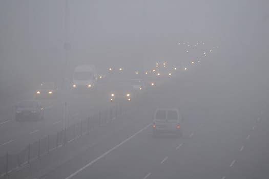 La ciudad amaneció cubierta por una densa capa de niebla lo que generó problemas en la visibilidad y complicó el tránsito en los accesos. Foto: DyN