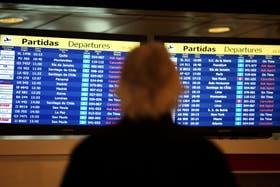 Una mujer observa, el martes 7 de junio, la cancelación de vuelos en Ezeiza por la nube de ceniza , hoy se están cancelando vuelos otra vez