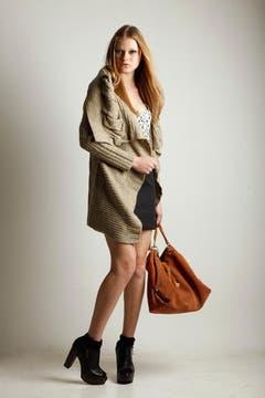 Saco de lana con cuello volcado (Knightsbridge, $ 469), vestido combinado en gasa y algodón (Ayres, $ 388), cartera de gamuza con accesorio de plumas (Carla Danelli, $ 600) y zuecos peep toe (Viamo, $ 449). Foto: GUILLERMO MONTELEONE