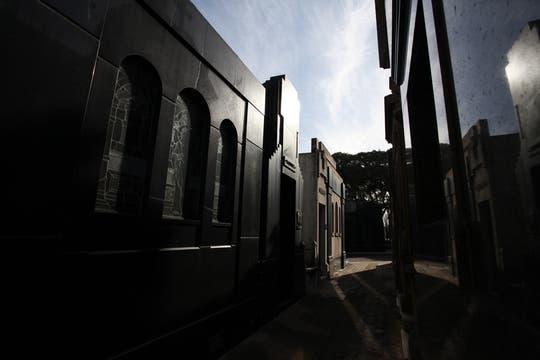 El sol se filtra por los angostos pasillos del cementerio. Foto: lanacion.com / Guadalupe Aizaga