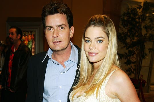 Charlie Sheen junto a Dennis Richards, su segunda esposa. Foto: Getty Images