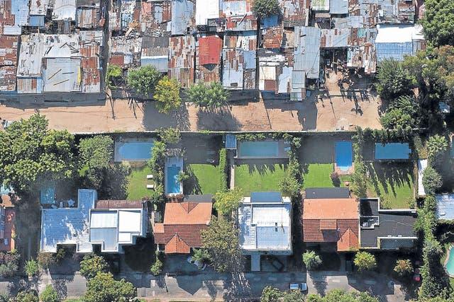 El contraste entre las viviendas de La Cava y el barrio vecino, en San Isidro (2003)