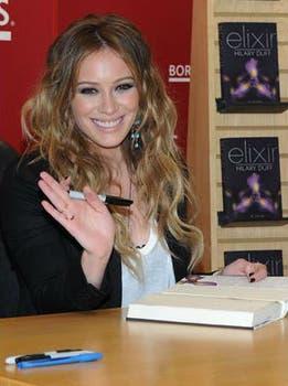 La actriz Hilary Duff se animó a escribir y publicó su priemra obra, Elixir, en 2010. Foto: Archivo