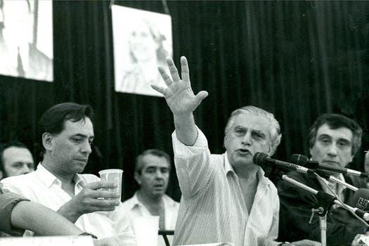 Antonio Cafiero en la CGT, acompañado por Saúl Ubaldini. Foto: Archivo