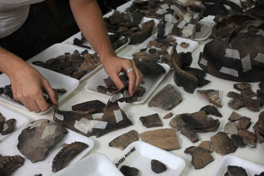 En excavaciones en San Telmo y San Nicolás hallaron vasijas de origen guaraní y fragmentos de platos del siglo XVII. Foto: LA NACION / Ricardo Pristupluk