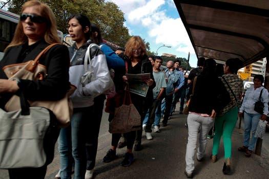 Largas colas en Retiro para tomarse colectivos. Foto: LA NACION / Anïbal Greco