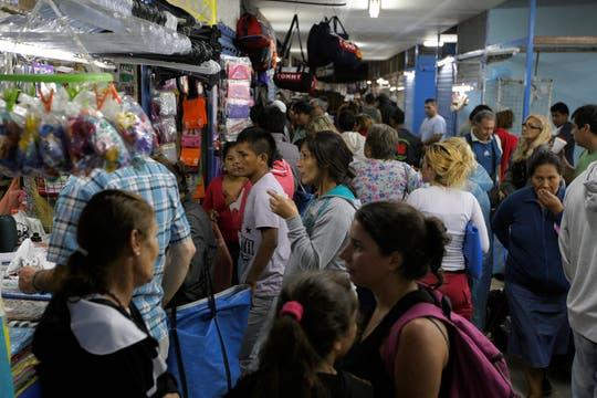 De acuerdo con el estudio, en esas 522 ferias informales, localizadas en 111 ciudades, había 36.390 puestos instalados. Foto: LA NACION / Hernán Zenteno