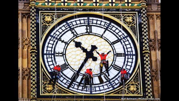 Estos trabajadores usan tapones para los oídos para amortiguar las campanadas del Big Ben, mientras limpian el famoso reloj de Londres en esta imagen capturada por Naf