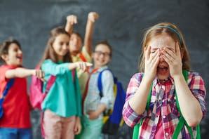Es importante mantener una comunicación fluida con los chicos, preguntarles con frecuencia cómo se sienten en el colegio y con sus pares