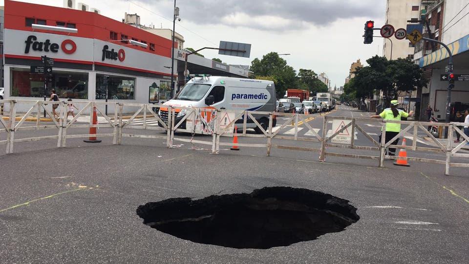 Se hundió el pavimento y se abrió un gran cráter entre avenidas Entre Ríos y Garay
