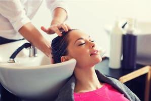 Exfoliación capilar: el cuarto protocolo de cuidado que tu pelo puede necesitar para estar sano y fuerte