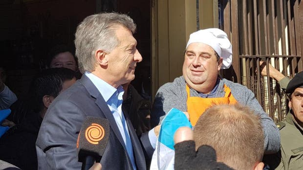 Macri junto a Luis Almada en su visita al local de pollo a las brasas del cordobés