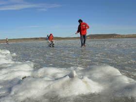 Un fenómeno singular en Ingeniero Jacobacci: gran parte de la laguna Carrialaufquen se congeló y los vecinos la usaron como una pista de hielo