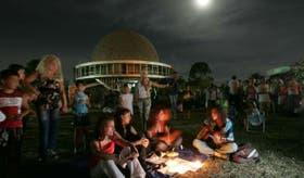 La gente se reunió en el Planetario para ver el fenómeno