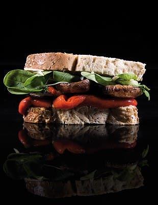 De crudo, pollo o salmón, sazonado con aceite de albahaca o manteca de hierbas, resguardado en pan brioche o en el infalible baguetín, el gran clásico de la gastronomía mundial no pierde su vigencia. BRANDO seleccionó las opciones más exquisitas para la primavera.
