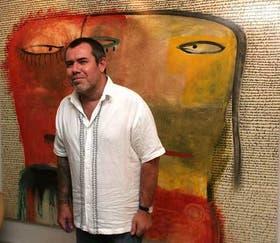Milo Lockett, junto a uno de sus cuadros