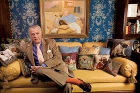 El doctor Alejandro Cordero, en el living de su casa, rodeado de imágenes de sus perros
