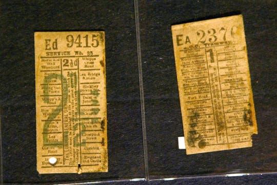 Dos billetes de un tren de Londres recuperados de entre los restos del Titanic, también a remate. Foto: EFE