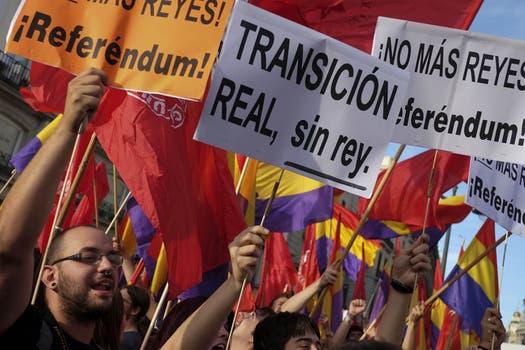 Miles de españoles exigen un referéndum para revisar la monarquía. Foto: AFP