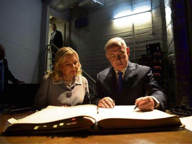 Benjamín Netanyahu y su esposa, Sara, visitaron ayer la sede AMIA